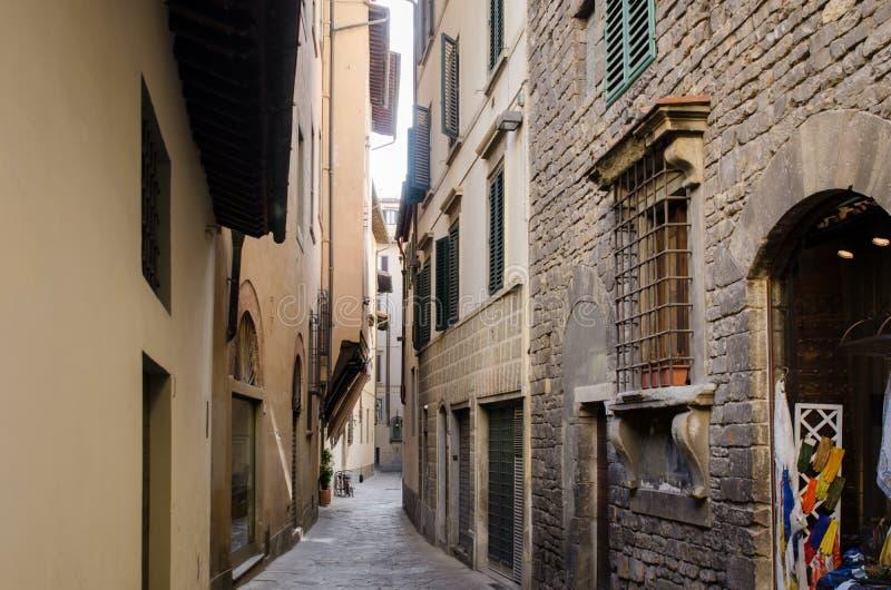En traditionell tunn sidogata i Florence, Italien arkivfoton