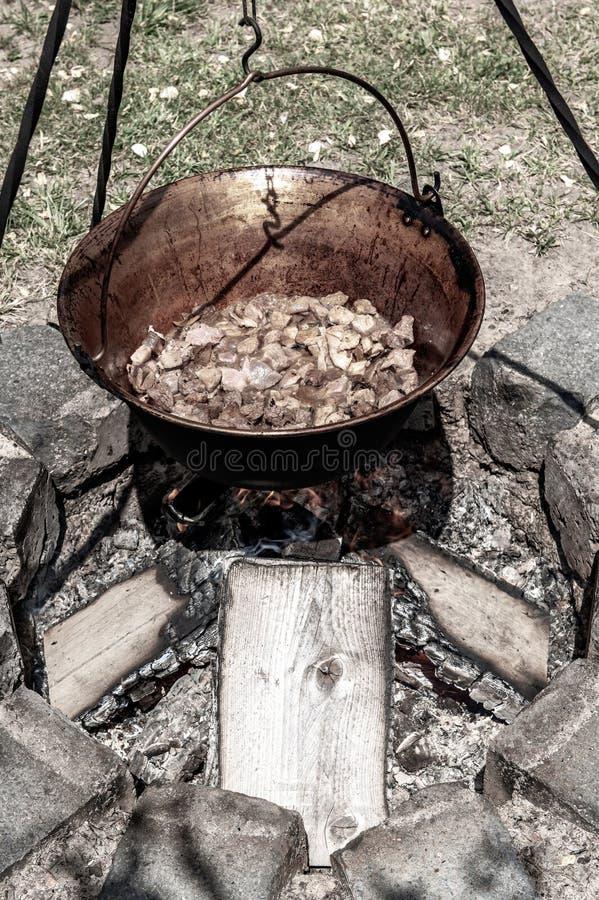 En traditionell ungersk maträtt är kokkärlgulaschen arkivbilder