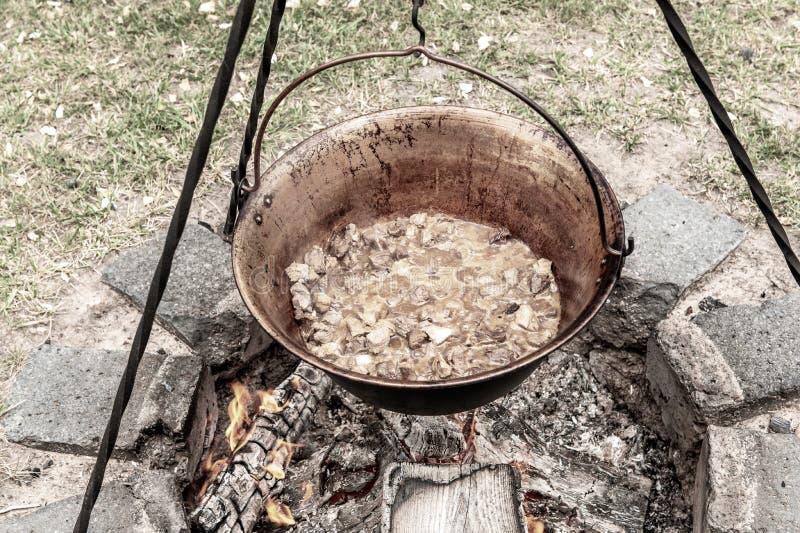 En traditionell ungersk maträtt är kokkärlgulaschen arkivfoto