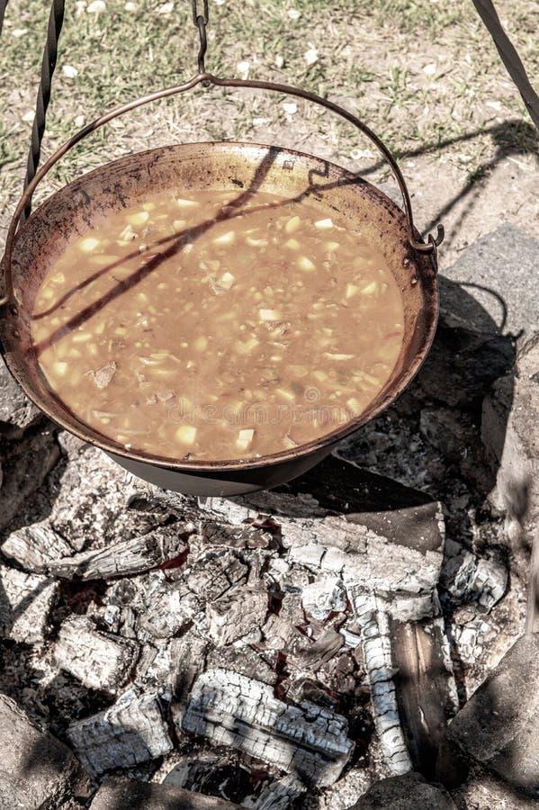 En traditionell ungersk maträtt är kokkärlgulaschen royaltyfri bild