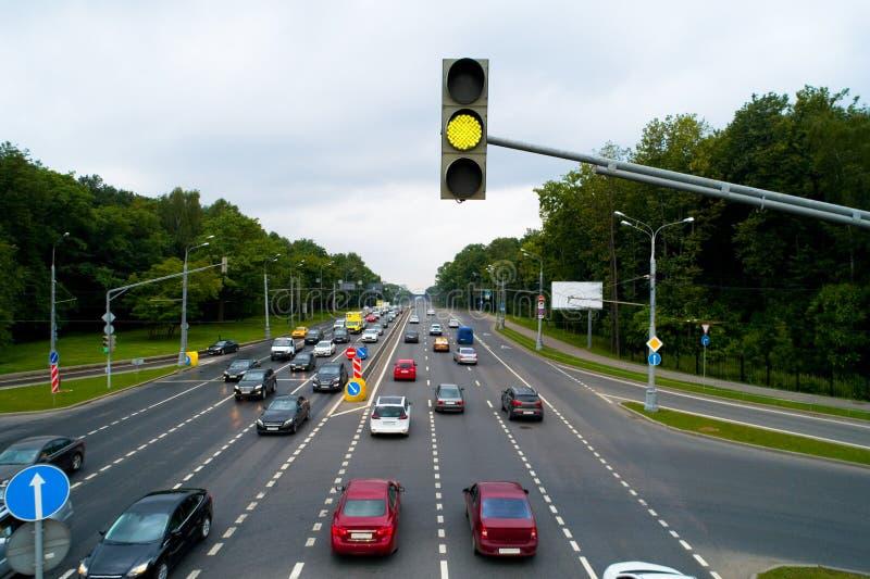 En trafikljus visar en gul signal royaltyfri bild