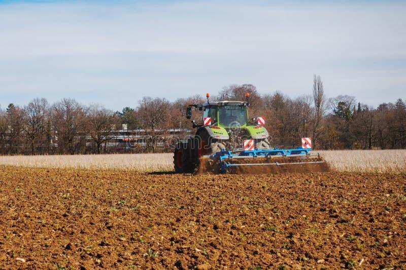 En traktor på arbete arkivbild