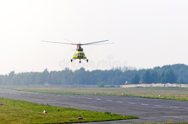En transporthelikopter tar av från landningsbana i en liten flygplats fotografering för bildbyråer