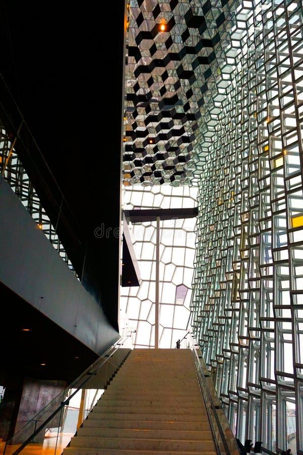 En trappa i Harpaen i Reykjavik med den härliga exponeringsglasfasaden fotografering för bildbyråer