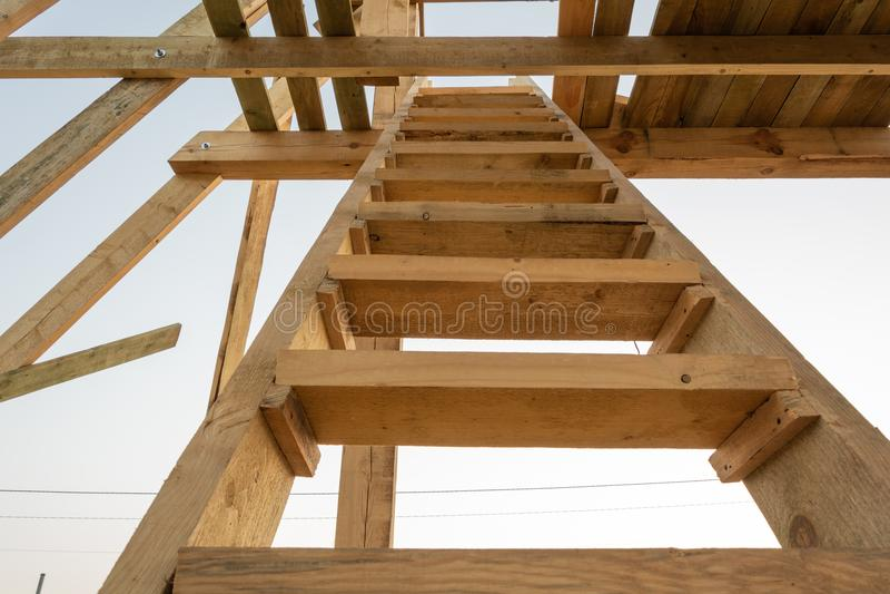 En trappuppgång till taket av ett timmerramhus arkivfoton