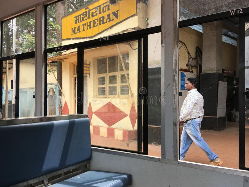 en tren lateral de la colina de 0f Matheran aquí están 4 asientos en fila para la clase ordinaria en el maharashtra la INDIA del  foto de archivo