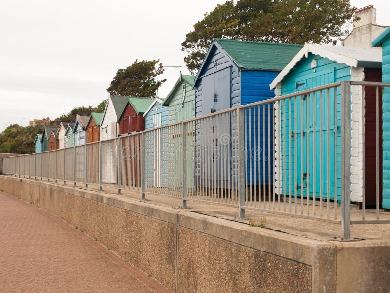 En trevlig även rad av stranden förlägga i barack med främst down för staketet i doverc fotografering för bildbyråer