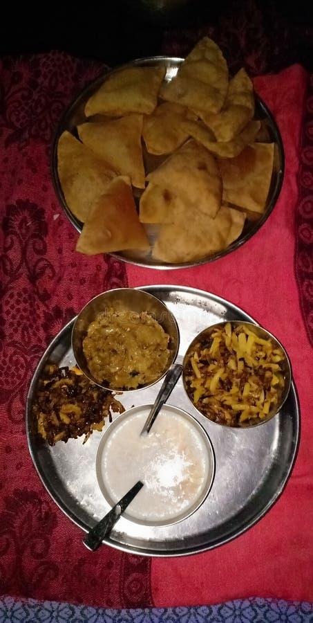 En triangulär puri med khir bhujiya är bäst för frukost eller middag i madhubani Indien royaltyfri foto