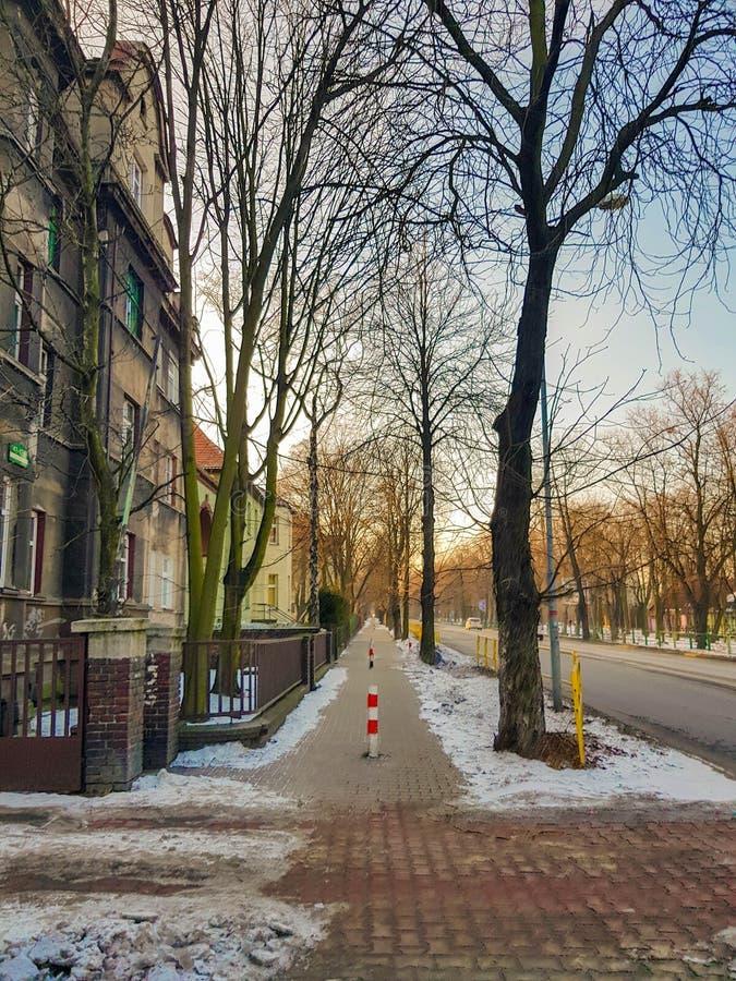 En trottoar som hade för en tid sedan skyfflats för att ta bort insnöade Polen arkivfoton