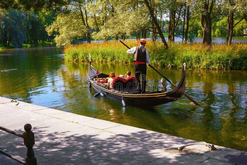 En tur runt om det stora dammet i Tsarskoe Selo i sommar på en gondol arkivfoton