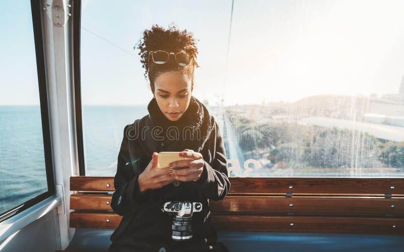 En turist- flicka i cablewaykabinen royaltyfri fotografi