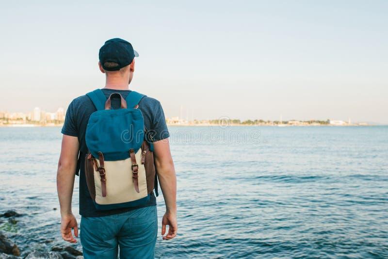En turist med en ryggsäck på kustloppet, turism, rekreation royaltyfria bilder
