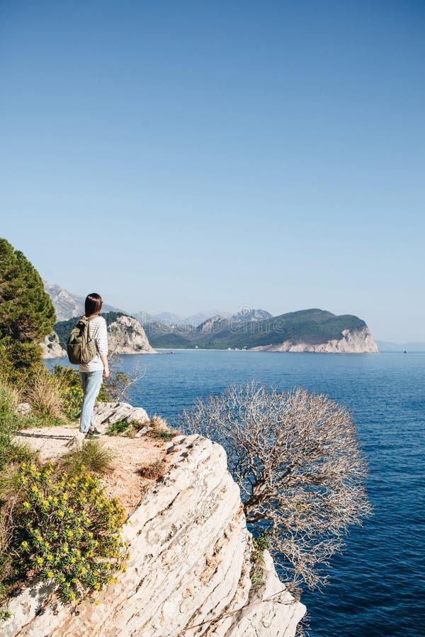 En turist med en ryggs?ck royaltyfria bilder