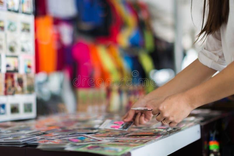 En turist som köper handgjorda hantverk på en giftshop fotografering för bildbyråer