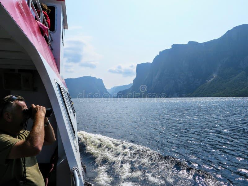 En turist som tar ett foto av de hisnande sikterna av det västra bäckdammet royaltyfri bild