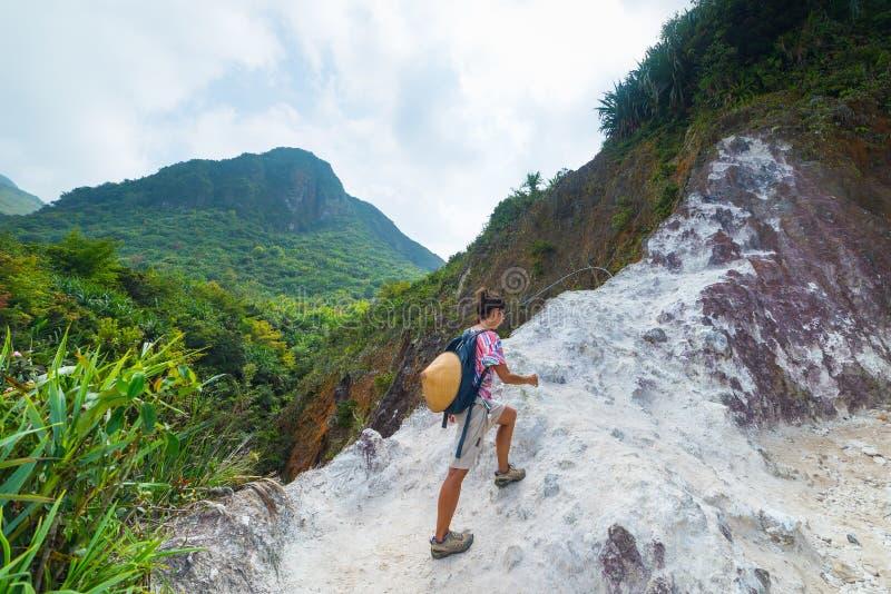 En turist- vulkan för klättra Sibayak, aktiv caldera som ångar, naturlig gränsmärke för berömd loppdestination i Berastagi Sumatr arkivfoto