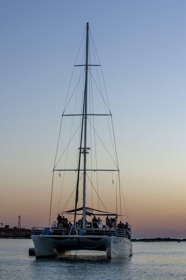 En turist- yacht som ankras i Indiska oceanen arkivfoton