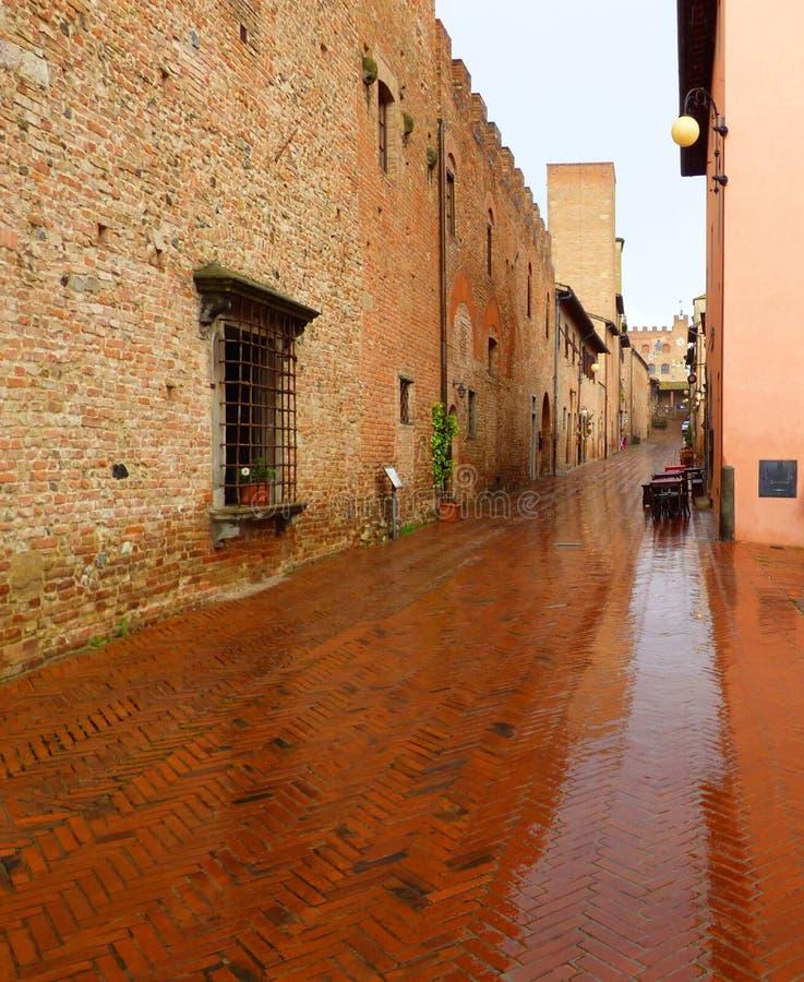 En Tuscan gata i regnet arkivbilder