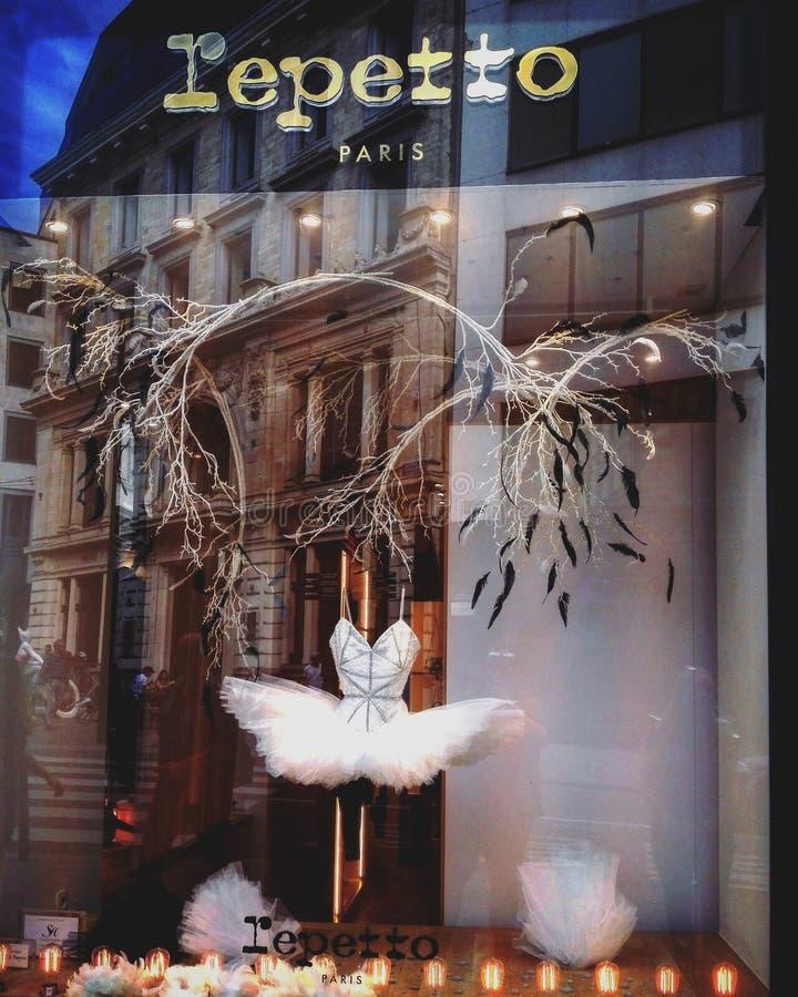 En tut i ett shoppafönster royaltyfri fotografi