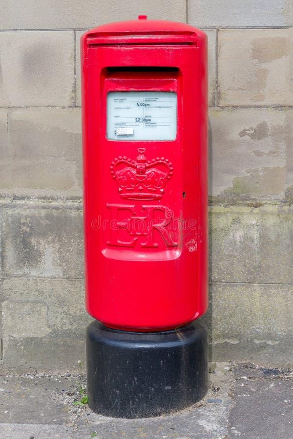 En tvåspråkig brittisk röd Postbox fotografering för bildbyråer