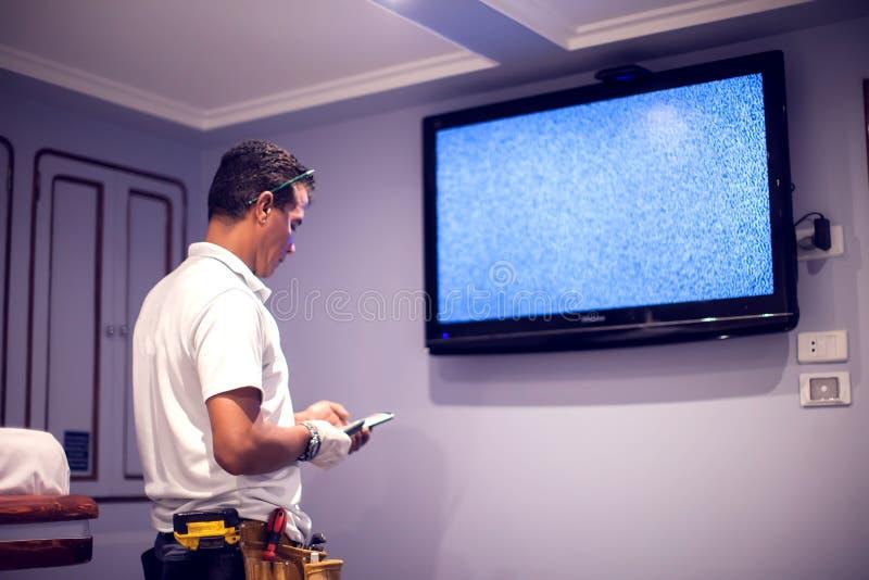 En tv för manarbetarknipa med den blåa skärmen arkivfoto
