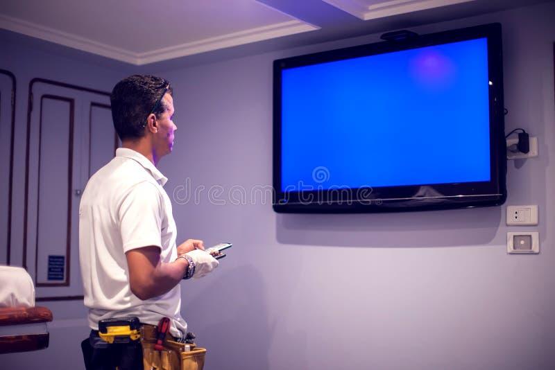 En tv för manarbetarknipa med den blåa skärmen arkivfoton
