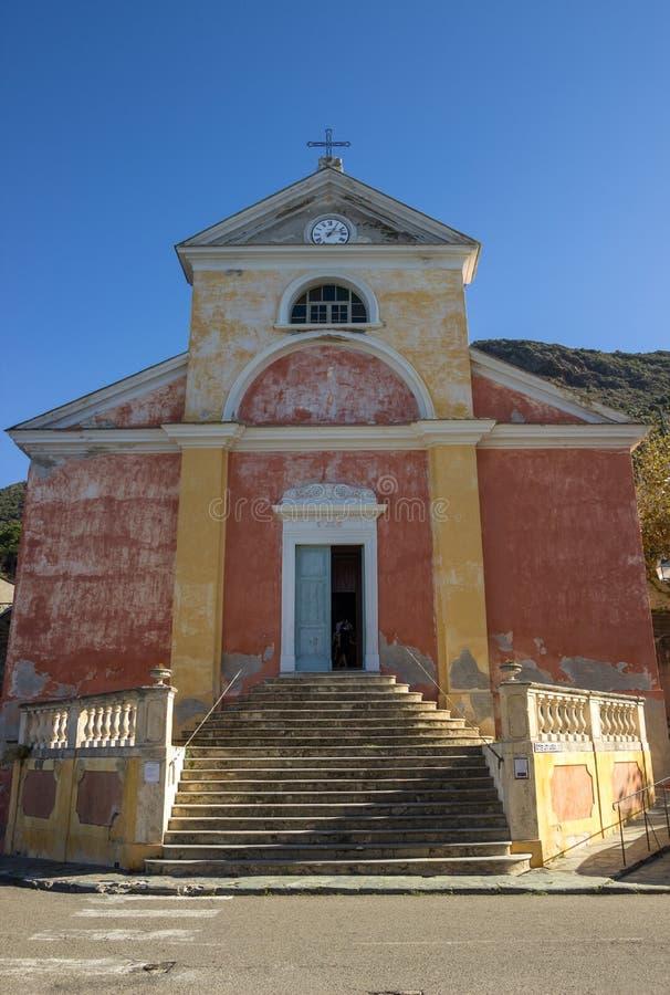 En typisk corsicankyrka, i Nonza, Korsika, Frankrike royaltyfria bilder