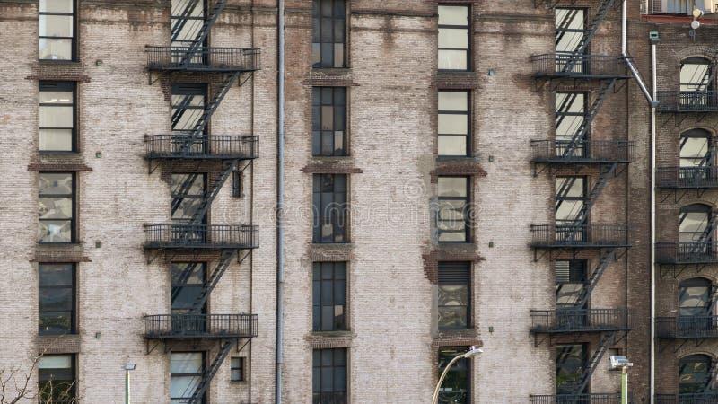 en typisk gammal husfasad i New York City arkivbilder