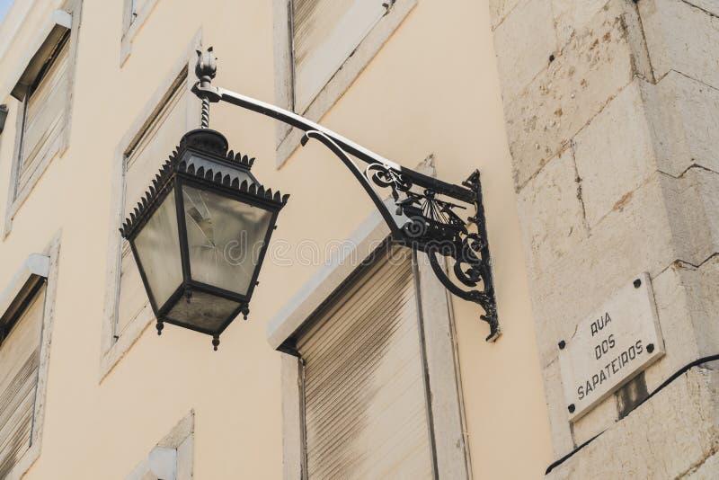 En typisk gatalampa i mitten av Lissabon, Portugal Lampan är bruten arkivbild