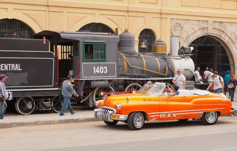 En typisk kubansk cabriolet och en gammal ånga utbildar royaltyfria foton