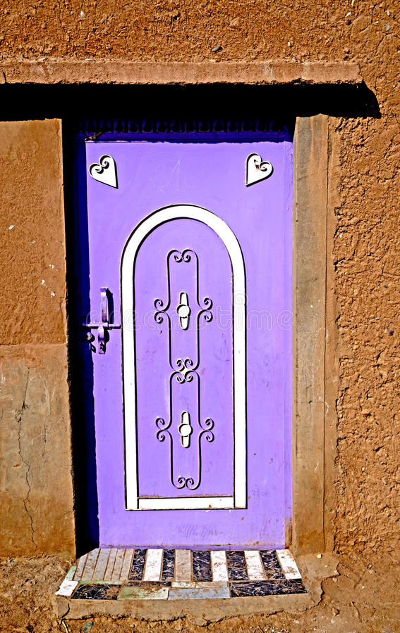 En typisk kulör dörr i en Berberby i Marocko arkivbilder