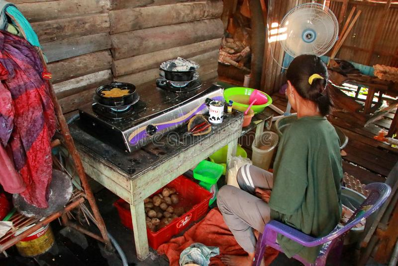 En typisk s?dra Kalimantan Bingka kakatillverkare i Banjarmasin, n?r laga mat arkivfoton