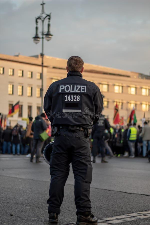 En tysk polis som bevakar en demonstration royaltyfri fotografi