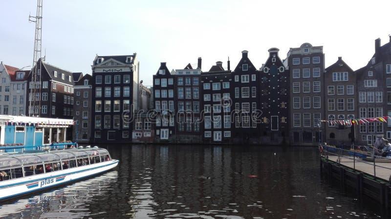 En un canal de Amsterdam imagen de archivo libre de regalías