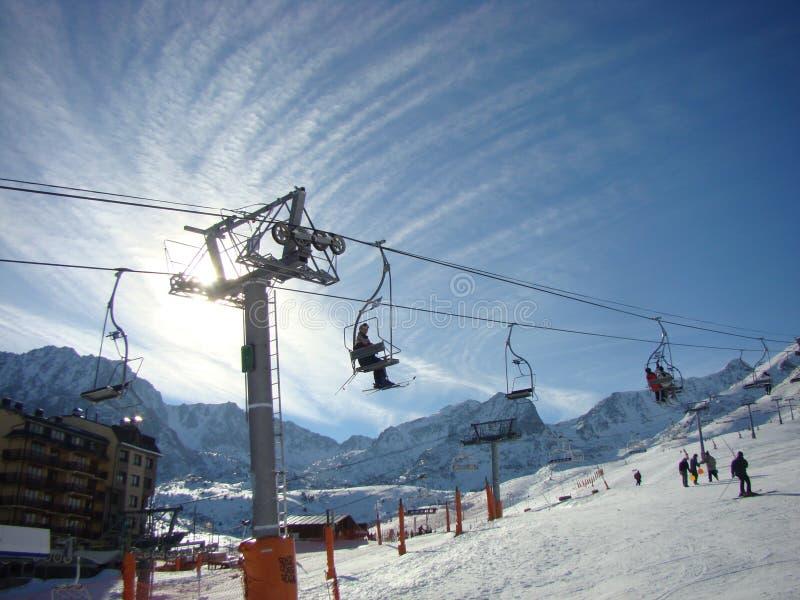 En un centro turístico de esquí del montaje imagen de archivo