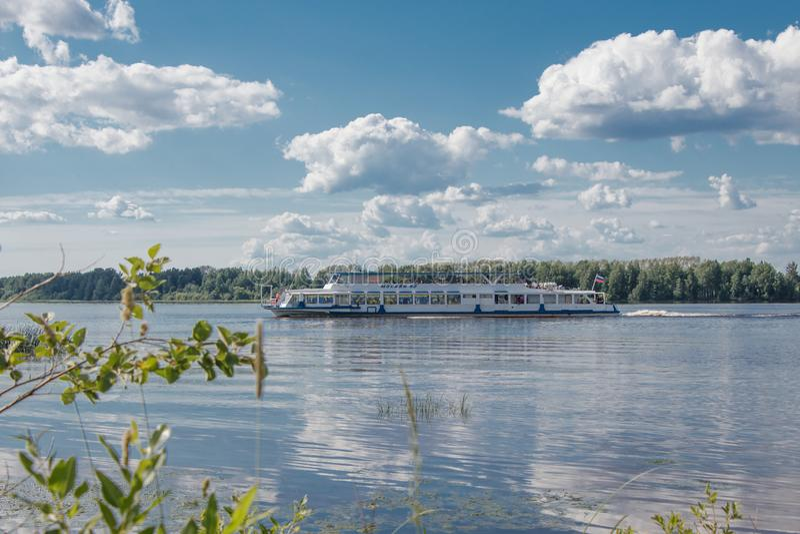En un d?a de verano soleado la nave se mueve a lo largo del r?o Volga La visi?n desde la orilla foto de archivo libre de regalías