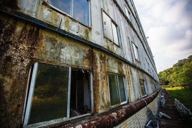 En un edificio abandonado estilizado como nave enorme en la selva de las islas imagen de archivo