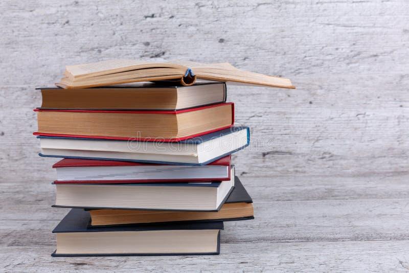 En un fondo de madera es una pila de libros foreground foto de archivo