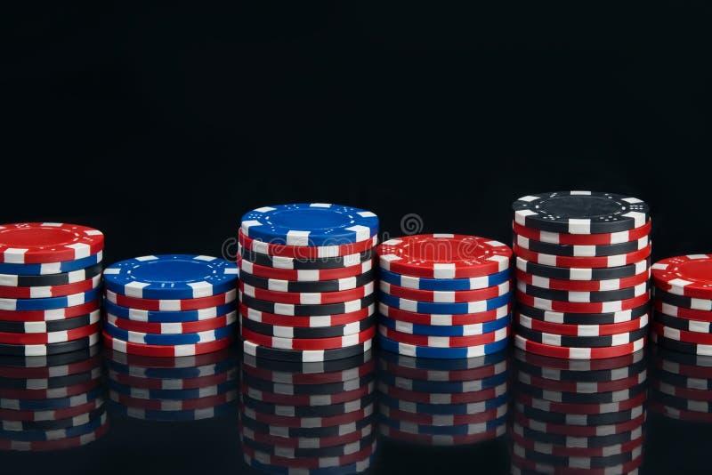 En un fondo negro, con la reflexión, pirámides de los microprocesadores, para jugar el póker, alineados, primer fotos de archivo
