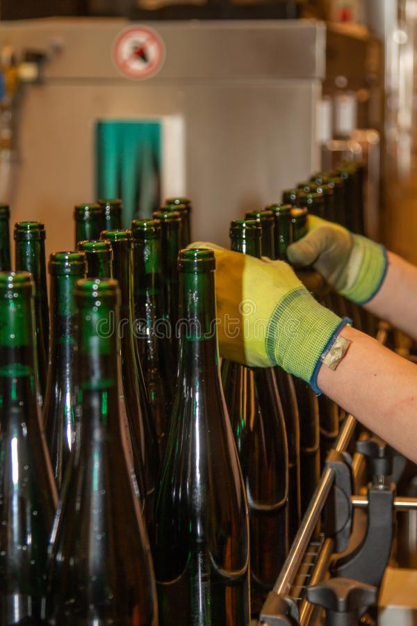 En un lagar llenó automáticamente las botellas se sacan de la estación de servicio imagen de archivo libre de regalías