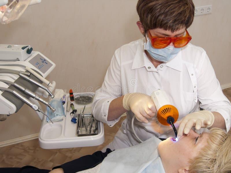 En una cabina del stomatologist. fotografía de archivo