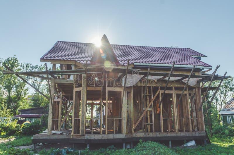 En una construcción del sitio del país de la casa de madera del marco de madera imágenes de archivo libres de regalías