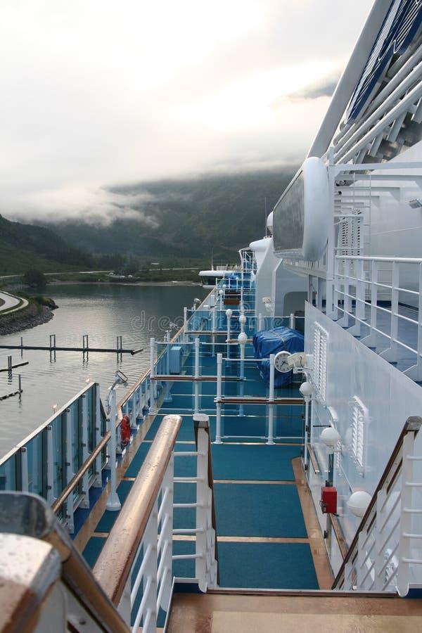 En una cubierta del barco de cruceros en Whittier, Alaska foto de archivo