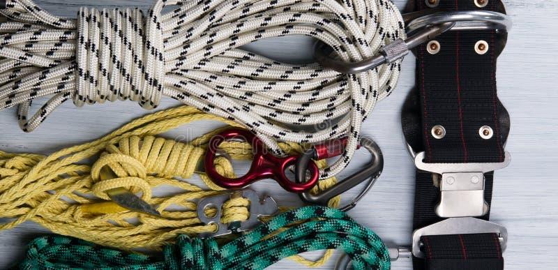 En una mentira ligera del fondo, un sistema de cuerdas, y un cinturón de seguridad, para los escaladores, una clase de fondo foto de archivo