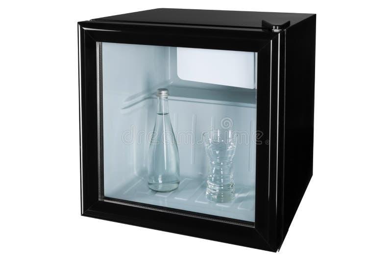 En una mini barra o refrigerador negra con una puerta de cristal hay una botella de cristal con agua y un vidrio lleno de agua, a ilustración del vector