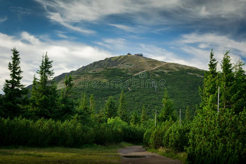 En una trayectoria al pico de la montaña de Sniezka imagen de archivo
