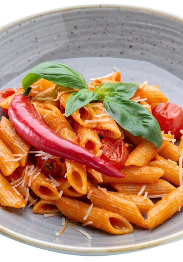 En underbar italiensk pastamaträtt i tomat med spenat och paprika arkivbilder