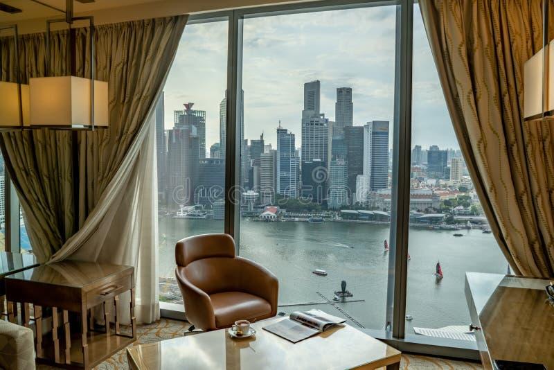 En underbar sikt på form för Marina Bay och Singapore affärsområde en komfort på konungrum i Marina Bay Sands Hotel royaltyfri fotografi
