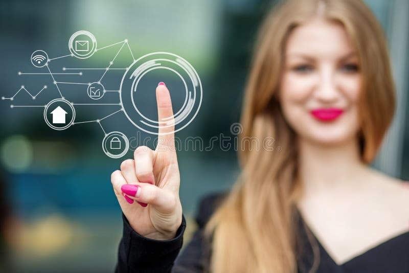 En ung affärskvinna rymmer e-kommers symboler Begreppet av internet, teknologin, affären, kommunikationen och ledningen arkivfoton