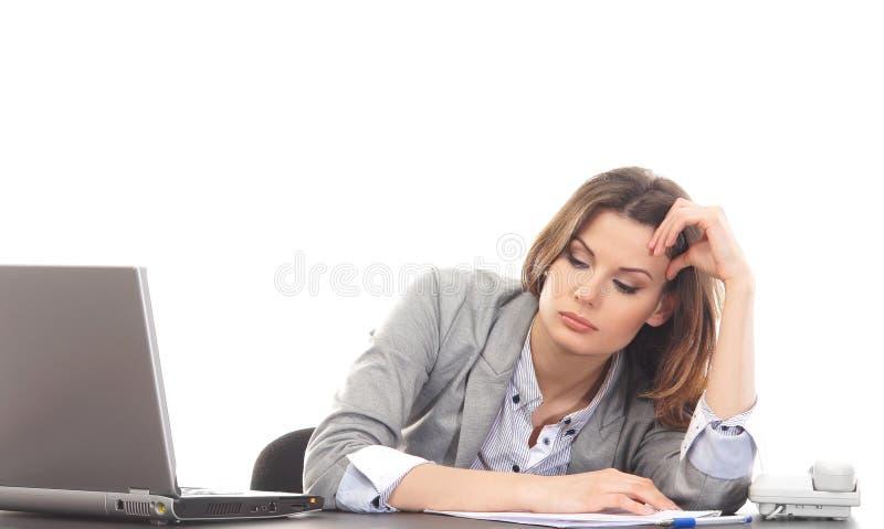 En ung affärskvinnamening tröttade på arbetet royaltyfria foton